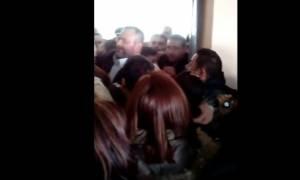 Νέο βίντεο ντοκουμέντο από Πέραμα: Διώχνουν τον Λαγό της Χρυσής Αυγής από το σχολείο