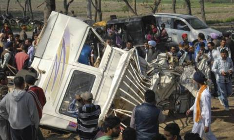 Ασύλληπτη τραγωδία στην Ινδία: Νεκροί 15 μαθητές από σύγκρουση σχολικού με φορτηγό