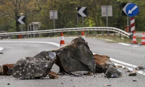 Καιρός ΤΩΡΑ: Κομμένη στα δύο η Ελλάδα - Έκλεισε η Εθνική Οδός Κορίνθου - Πατρών