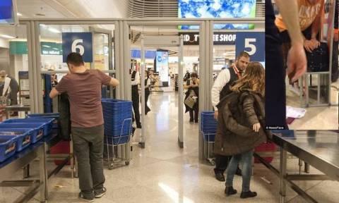 Ο επιβάτης που μισούν οι αεροπορικές χαμηλού κόστους - Έτσι πέρασε αποσκευή χωρίς να πληρώσει (vid)