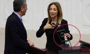Αντίσταση στον «σουλτάνο» Ερντογάν! Βουλευτίνα δέθηκε με χειροπέδες στην τουρκική βουλή (vid)