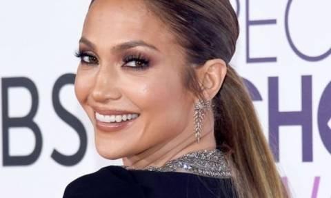 Επτά μαύρα βερνίκια για να αντιγράψεις το μανικιούρ της Jennifer Lopez από τα People's Choice Awards