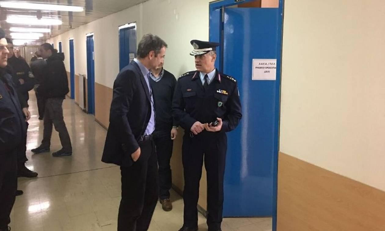 Αιφνιδιαστική επίσκεψη Μητσοτάκη στη Διεύθυνση Αστυνομικών Επιχειρήσεων Αττικής