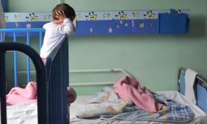 Πάτρα: Στο κρατητήριο η 20χρονη μητέρα που εγκατέλειψε στο δρόμο τα τρία της παιδιά (vid)