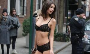 Χαμός στους δρόμους της Νέας Υόρκης: Η Emily Ratajkowski έβγαλε τον σκύλο, φορώντας μόνο εσώρουχα!