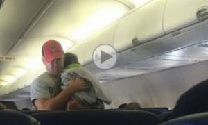 Μπαμπάς προσφέρεται να κάνει την πιο ευγενική εξυπηρέτηση σε μια άγνωστη μαμά (βίντεο)