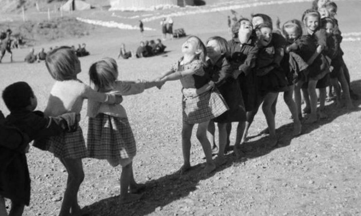Όταν τα παιδικά παιχνίδια παίζονταν έξω... (φωτογραφίες)