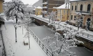 Καιρός: «Βούλιαξαν» από τα χιόνια Γρεβενά και Φλώρινα