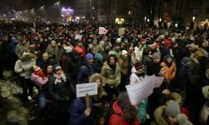 Πολιτική θύελλα και μαζικές διαδηλώσεις στη Ρουμανία