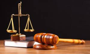 Ο Κοντονής «άδειασε» τη Θάνου για τα όρια ηλικίας των δικαστών