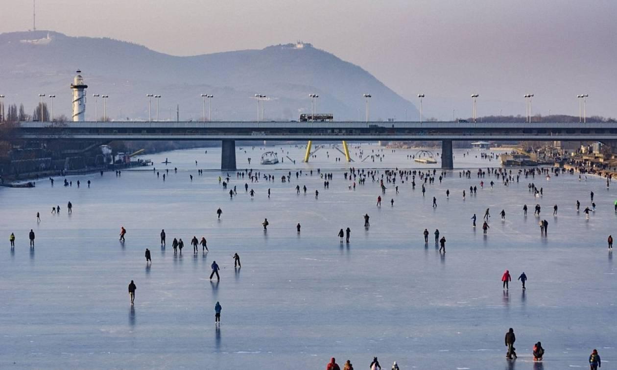 Απίστευτες εικόνες από τον Δούναβη που έγινε... παγοπίστα για δεύτερη φορά σε 30 χρόνια!