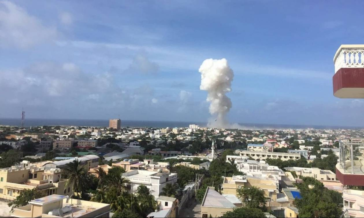 Ισχυρές εκρήξεις σε ξενοδοχείο στο Μογκαντίσου – Πολλοί δημοσιογράφοι τραυματίες (Pics+Vid)