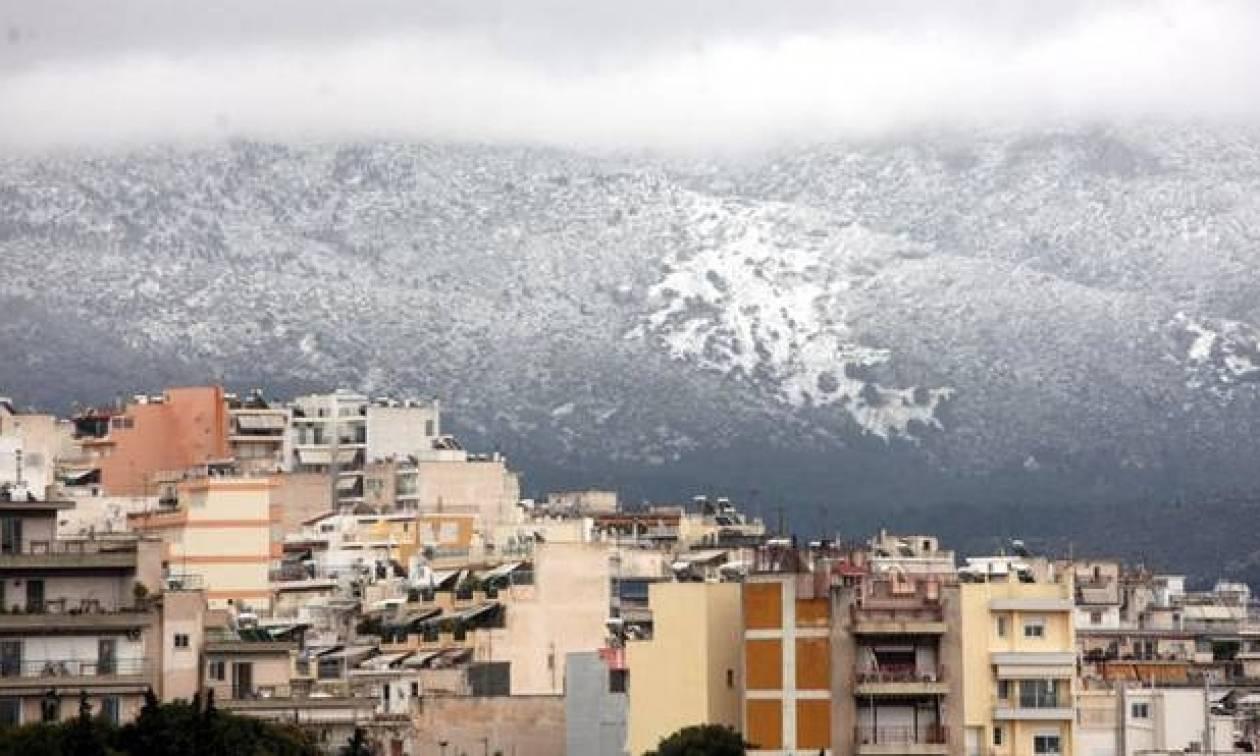 Καιρός LIVE: Χιονίζει τώρα στην Πάρνηθα – Πού θα το στρώσει τις επόμενες ώρες