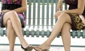Σταυρώνετε τα πόδια σας όταν κάθεστε; Δείτε τι μπορεί να πάθετε...
