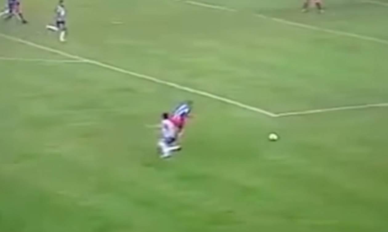 Η ντρίμπλα του αιώνα: Ποδοσφαιριστής πήδηξε τον αντίπαλό του (video)