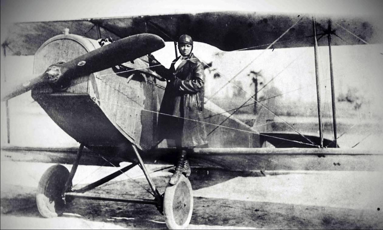 Bessie Coleman: Αυτή είναι η πρώτη μαύρη γυναίκα αεροπόρος που τιμά με Doodle η Google
