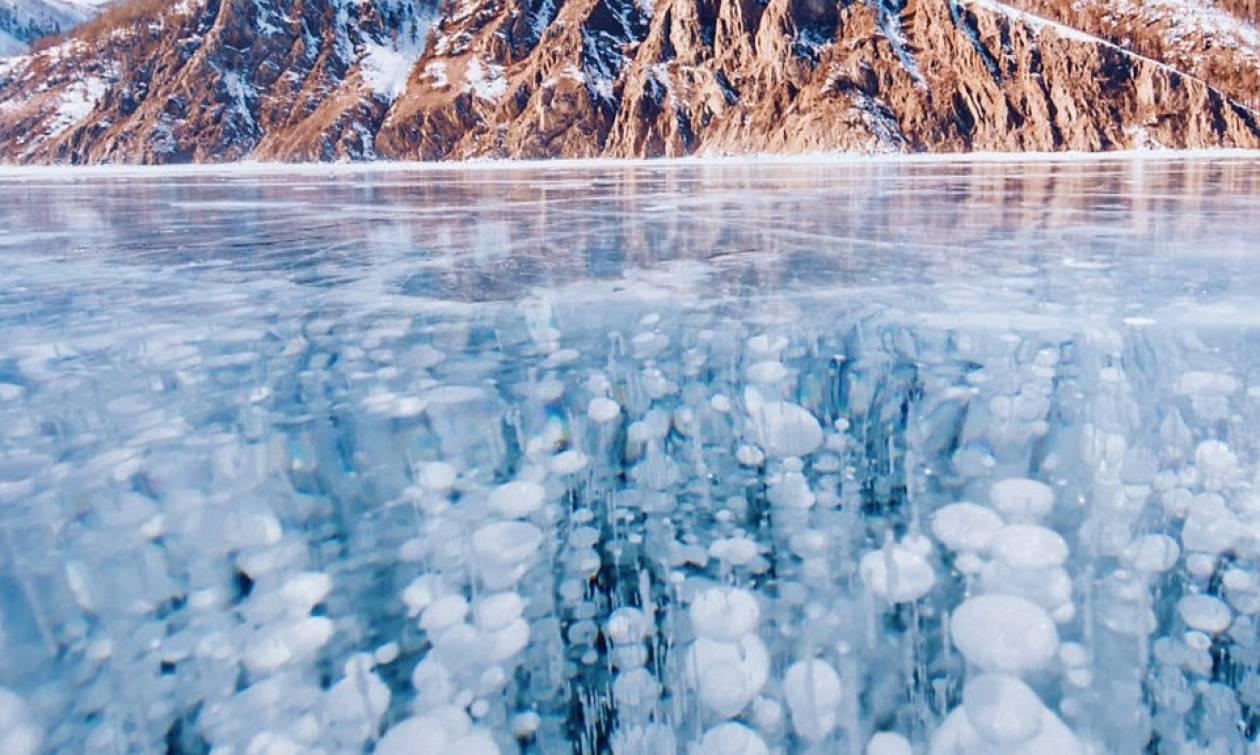 Μαγεία: Η πιο βαθιά λίμνη του κόσμου πάγωσε! – Συγκλονιστικές φωτογραφίες