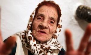 Ξεχάστε τους γιατρούς και τα «πεταμένα» 50 ευρώ: Γιαγιά θεραπεύει με τη γλώσσα με μόνο 10 ευρώ (vid)