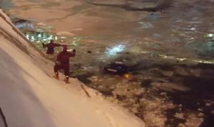 Viral: Η συγκλονιστική διάσωση μιας γυναίκας οδηγού από τα παγωμένα νερά ποταμού στη Μόσχα (Vids)