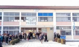 Θερμό καλωσόρισμα στα προσφυγόπουλα σε σχολείο της Λάρισας (pics&vid)