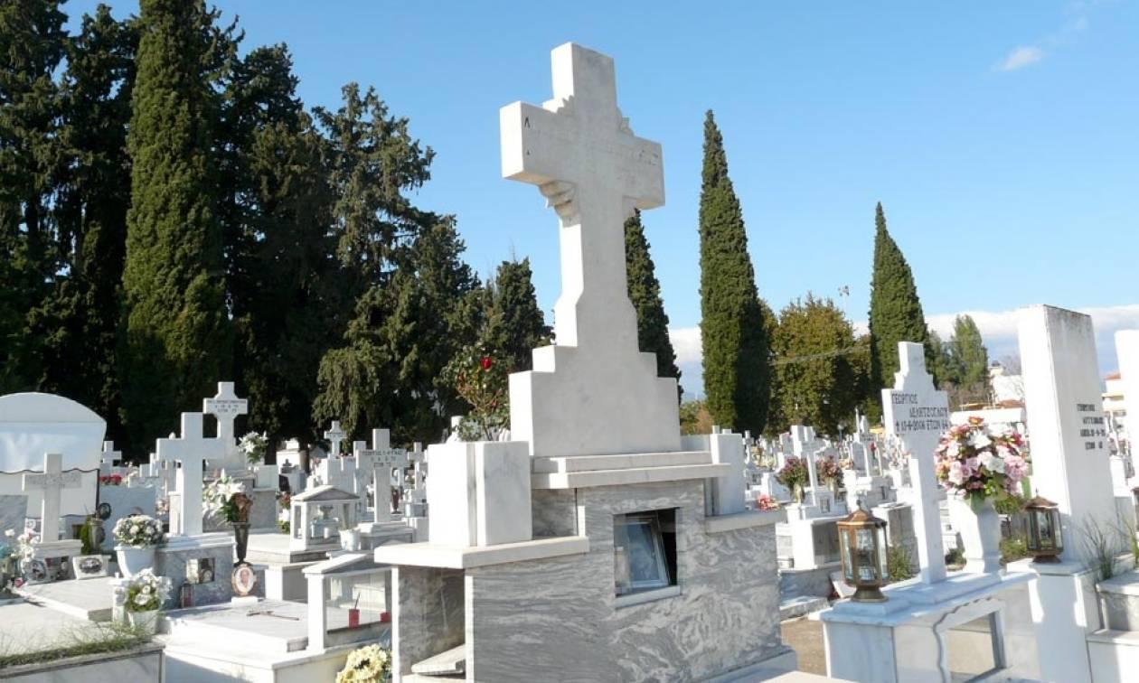 Απίστευτες σκηνές σε νεκροταφείο! Έβαλαν και έβγαλαν το φέρετρο 4 φορές γιατί δεν χωρούσε! (vid)