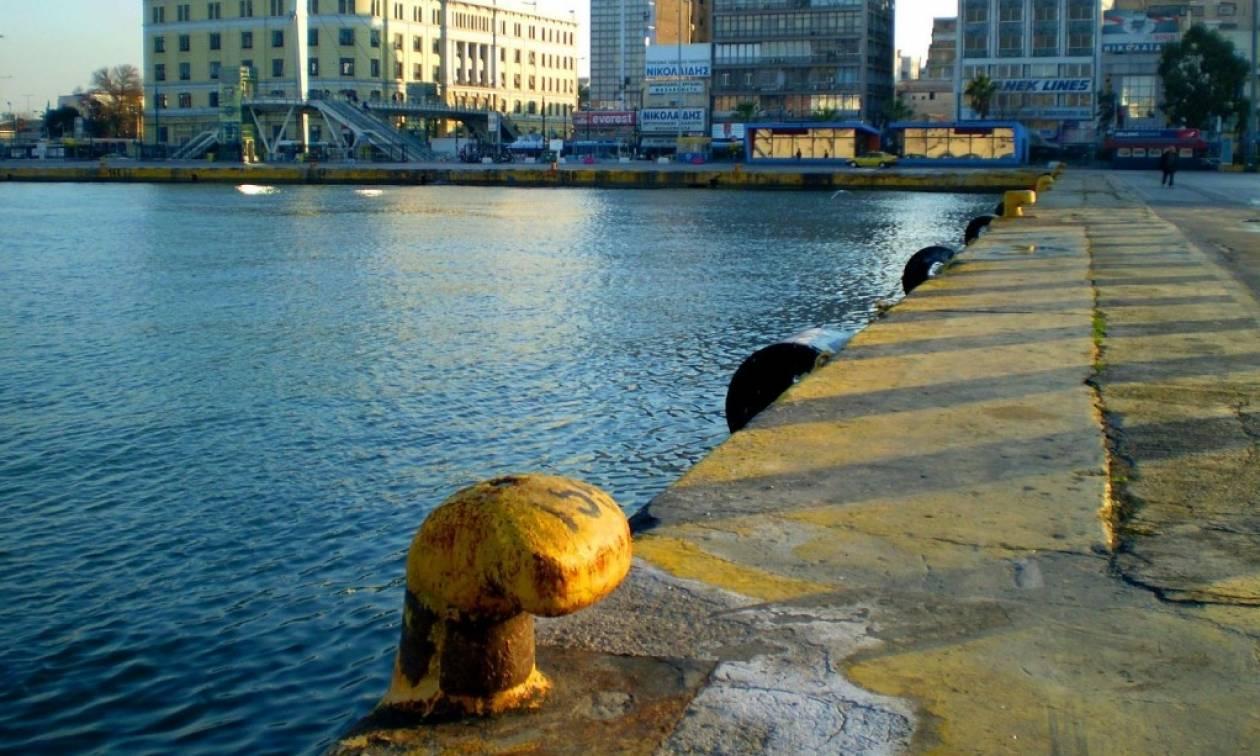 Πτώση αυτοκινήτου στο λιμάνι του Πειραιά