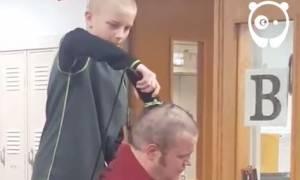 ΗΠΑ: Γιατί ένας διευθυντής σχολείου άφησε μαθητή να του ξυρίσει το κεφάλι; (vid)