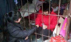 Φρίκη: Την κρατούσαν κλειδωμένη σε κλουβί με φίδια και έντομα για 10 χρόνια
