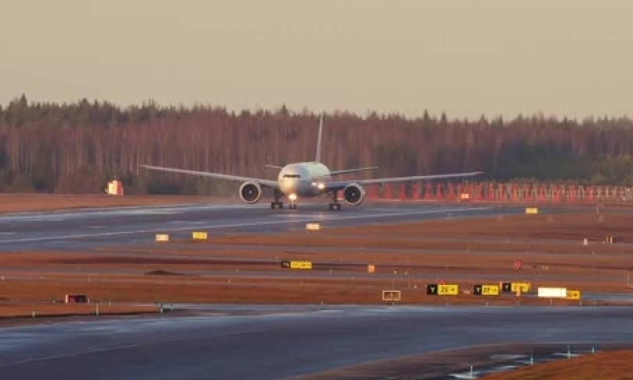 Μια τρομακτική προσγείωση και μια... χρυσή απογείωση αεροπλάνου (video)