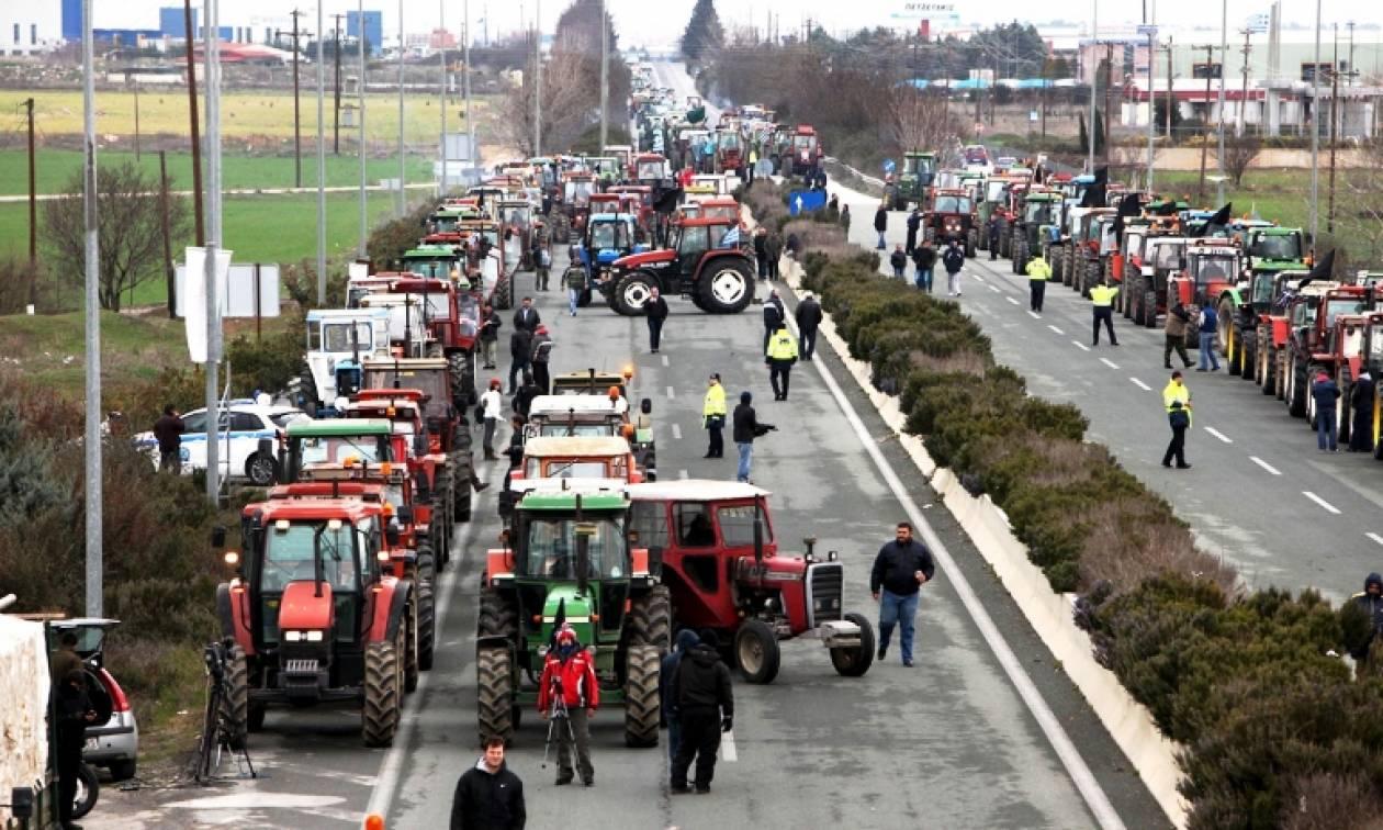 Μπλόκα αγροτών: Κλειστή επ' αόριστον η διασταύρωση στα πράσινα φανάρια πριν το «Μακεδονία»