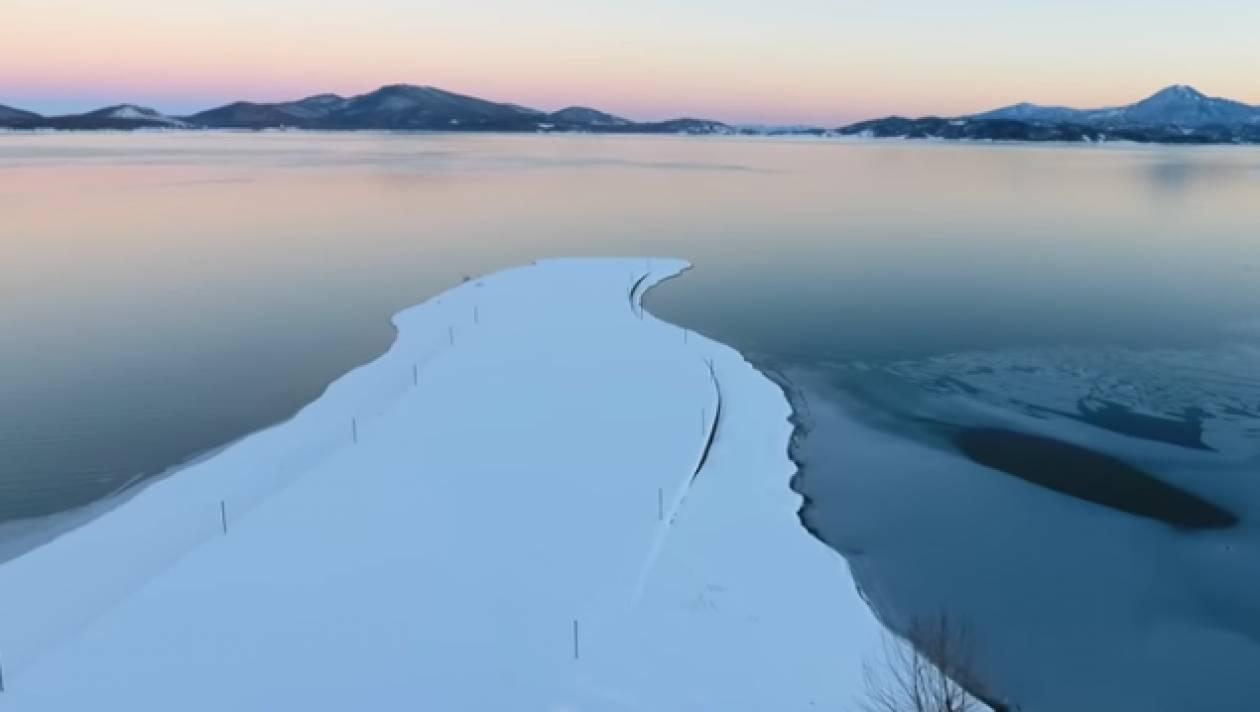 Μοναδικές εικόνες από την παγωμένη λίμνη Πλαστήρα που μετατράπηκε σε παγοδρόμιο! (vids)