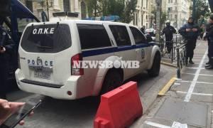 Η στιγμή της εισβολής του «Ρουβίκωνα» στο υπουργείο Εργασίας (pics&vid)