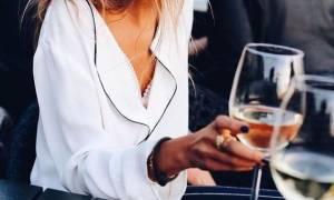 Ο πιο εύκολος τρόπος να ανοίξεις ένα μπουκάλι κρασί χωρίς ανοιχτήρι