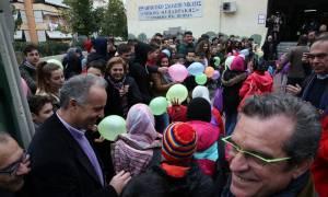 Με χειροκροτήματα υποδέχθηκαν τα προσφυγόπουλα στο 15ο Δημοτικό της Νίκαιας (pics)