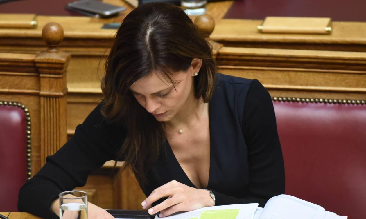 Χαμός στη Βουλή: «Έβγαλε μάτια» το ντεκολτέ της Αχτσιόγλου (pics)