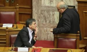 Καβγάς Βούτση – Τσακαλώτου στη Βουλή: «Είσαι απαράδεκτος»! (vid)