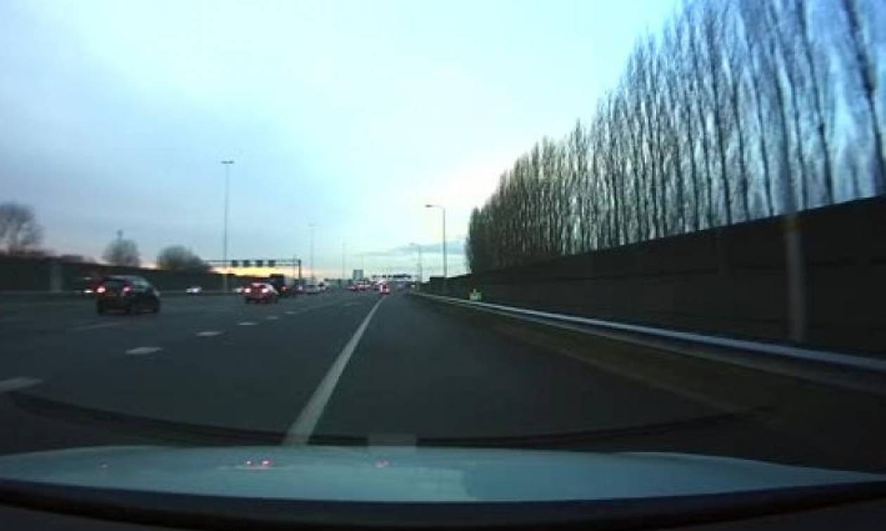 Ο πιο αργός οδηγός της ιστορίας σε λωρίδα ταχείας, προκάλεσε ατύχημα σε εθνικό δρόμο (video)
