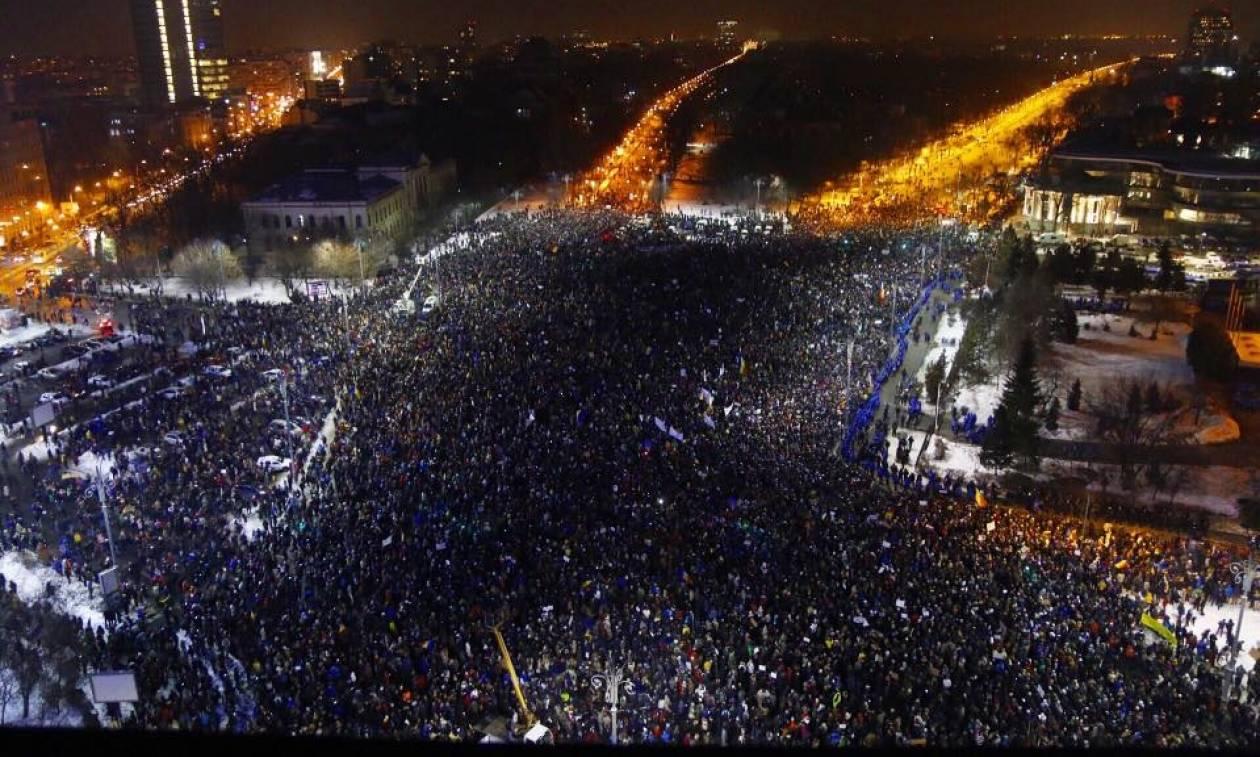 Βίαια επεισόδια στη Ρουμανία από 250.000 διαδηλωτές κατά της διαφθοράς (Pics+Vids)