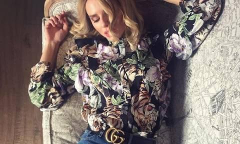 Bρήκαμε το οικονομικό floral πουκάμισο της Έβελυν Καζαντζόγλου