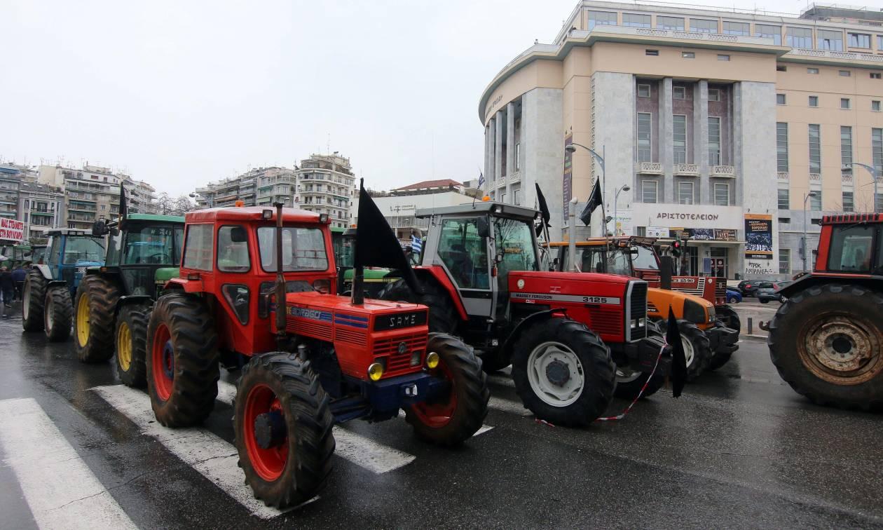 ΤΩΡΑ: Σοβαρά επεισόδια μεταξύ αγροτών και ΜΑΤ στη Θεσσαλονίκη