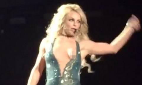 Το αποκαλυπτικό ατύχημα της Britney Spears: Βγήκε το στήθος της πάνω στη σκηνή! (video)