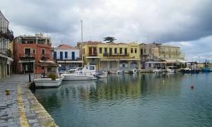 Πανικός στα Χανιά: Έκανε βουτιά με το αυτοκίνητό του στο ενετικό λιμάνι