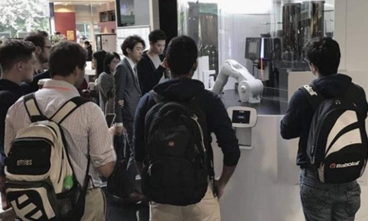 Γνωρίστε τον πρώτο καφετζή… ρομπότ! (video)