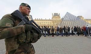 Πανικός στο Παρίσι: Τρομοκρατική επίθεση στο Λούβρο - Αποκλεισμένη η περιοχή (Pics+Vids)