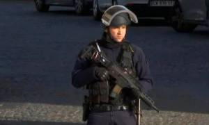 Παρίσι: Τρομοκρατική επίθεση στο Λούβρο - Ο δράστης δέχθηκε πέντε σφαίρες (Vid)