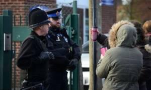 Συναγερμός στην Αγγλία: «Ένοπλος» έξω από δημοτικό σχολείο στο Μάντσεστερ (Pics)