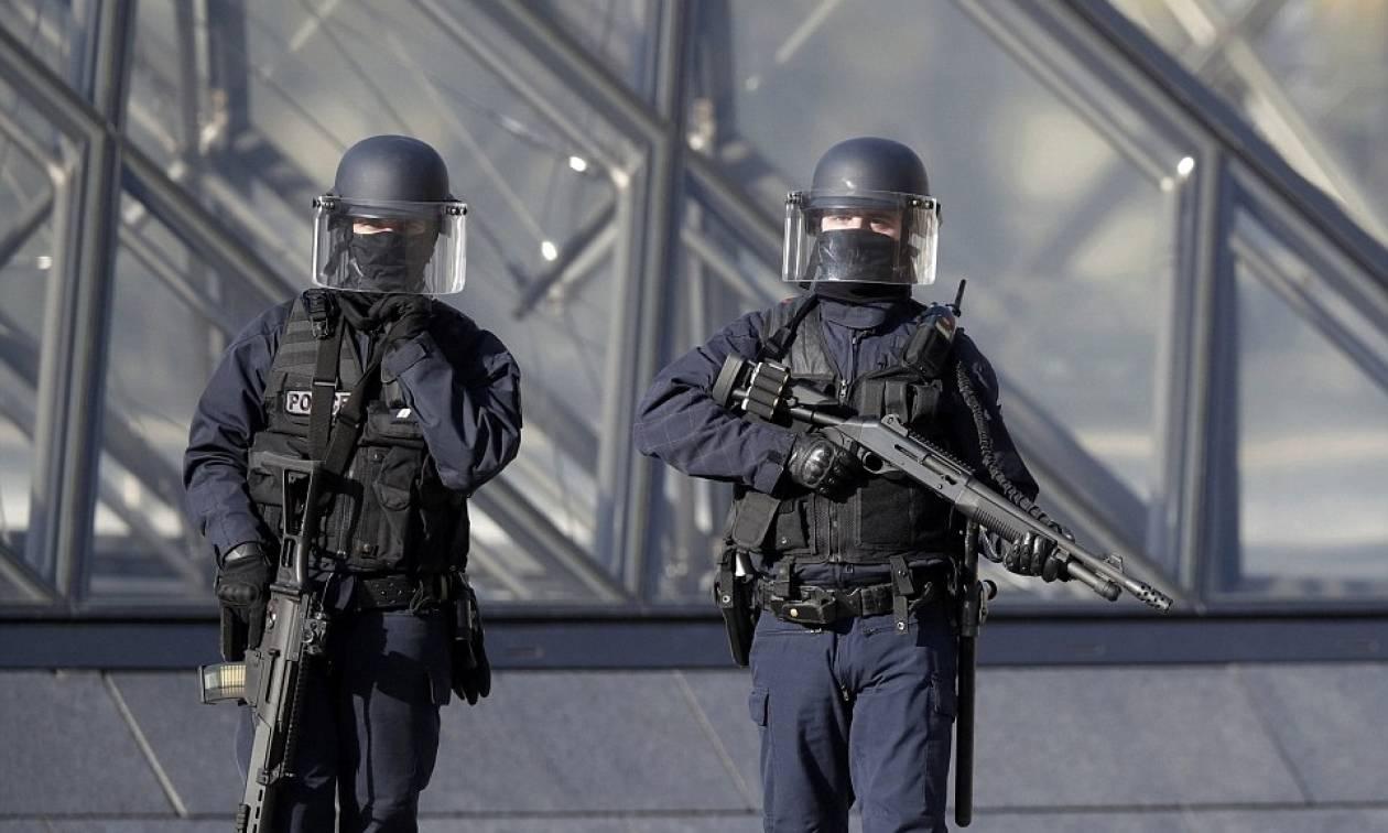 Τρομοκρατική επίθεση στο Λούβρο: Φωτογραφία-ντοκουμέντο από τη στιγμή των πυροβολισμών