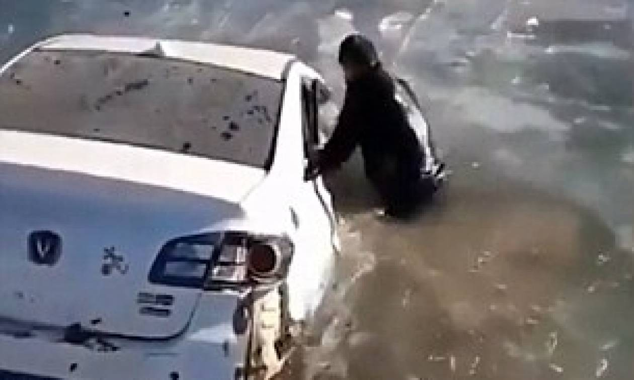 Η δραματική η διάσωση γυναίκας από αυτοκίνητο που έπεσε σε παγωμένο ποτάμι (vid)