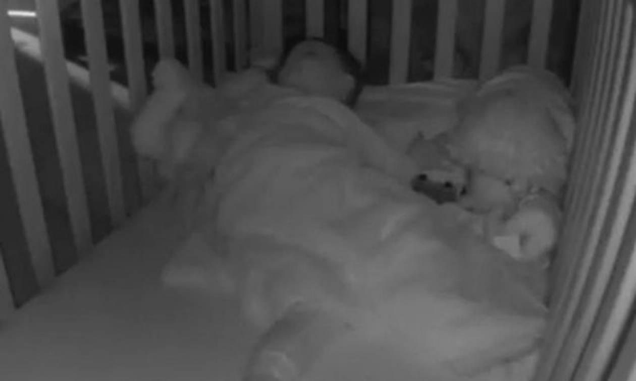 Άκουγε παράξενους ήχους από το δωμάτιο του παιδιού - Αυτό που είδε στην κάμερα τον άφησε άφωνο (vid)