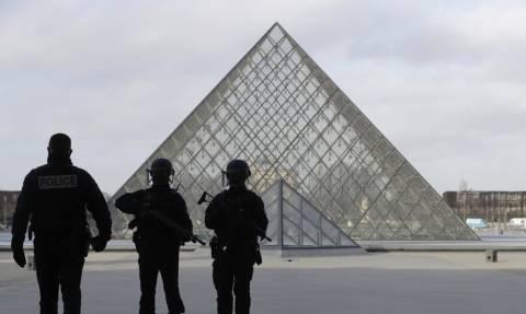 Επίθεση Παρίσι: Αιγύπτιος ο δράστης στο Λούβρο